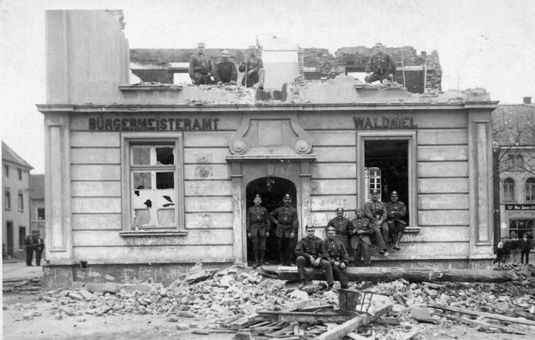 Abbruch des alten Rathauses durch Freiw. Feuerwehr