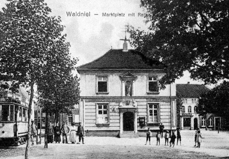 Altes Rathaus mit Straßenbahn