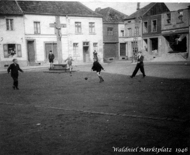 Waldniel Marktplatz 1946 mit spielenden Kindern