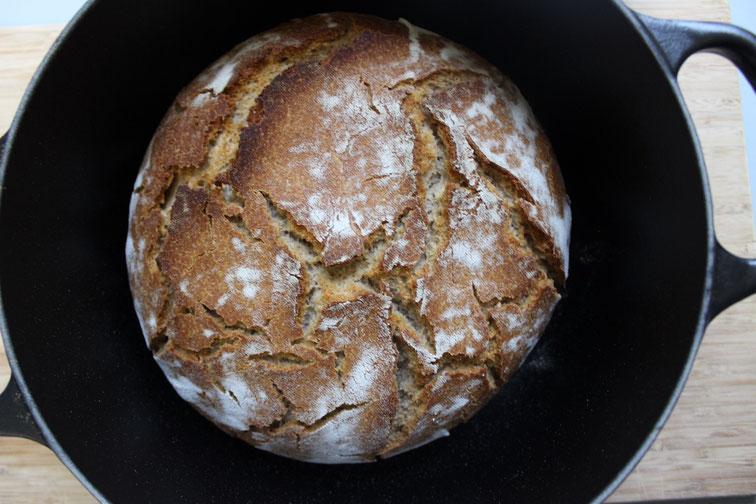 Weizensauertig-Brot im Le Creusset Bräter gebacken
