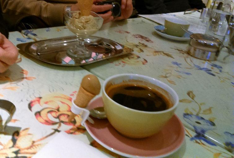 アイス、コーヒーの熱で溶け気味~。すぐに食べたほうがいいね。