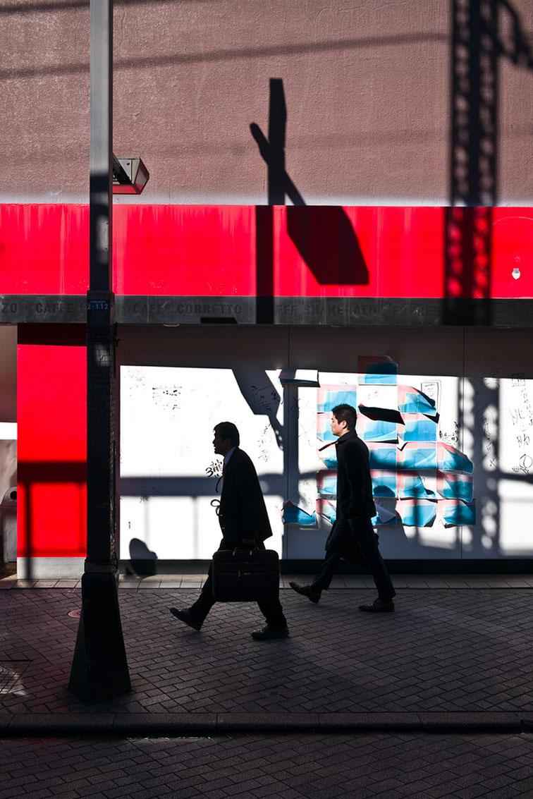 Licht und Schatten mit Straßenszene in Shimbashi in Tokyo, Japan als Farbphoto