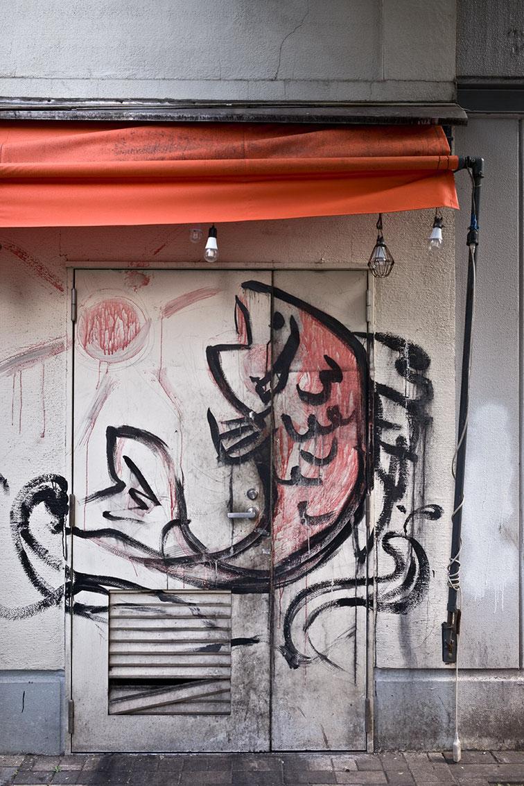 Fisch an Hauswand gemalt in Shimbashi in Tokyo, Japan als Farbphoto