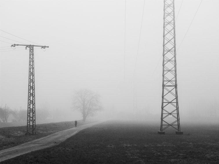 Jogging, Walking, sports, country way, Joggen, Läufer, foggy mood, foggy, day, Nebelstimmung, Nebel, neblig, Weg, Schwarzweissfotografie, kreative Fotografie, Fototipps