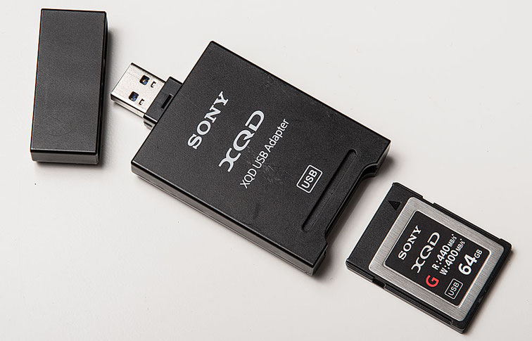 SONY XQD Speicherkarte mit Lesegerät und integriertem USB-Stecker, Foto: bonnescape.de.