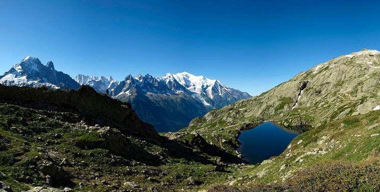 Le Lac de Chesery et le refuge du Lac Blanc en haut en droite. Chamonix, Aiguilles Rouges