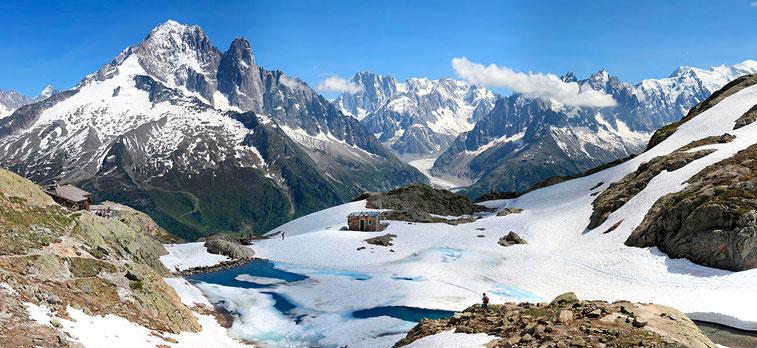 Le lac blanc en juillet (2352 m), face à la Chaine du Mont Blanc, dans les Aiguilles Rouges