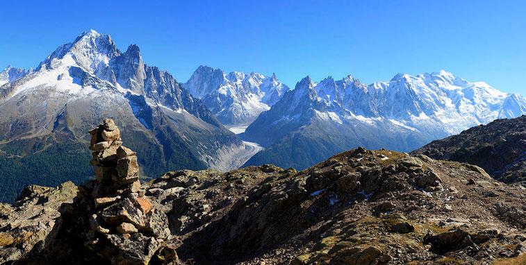 L'Aiguille Verte et la chaine du Mont-Blanc, en montant au Lac Blanc