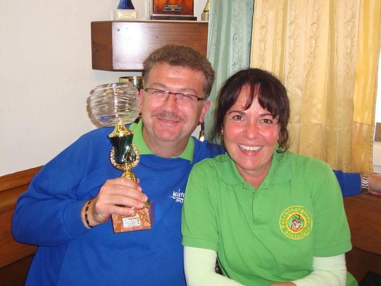Monika und Dietmar sind sichtlich stolz auf ihren schwer errungenen Pokal