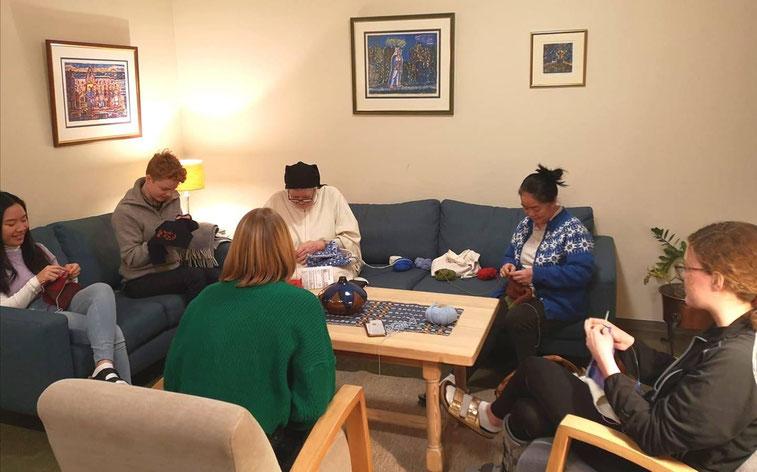 Stricken mit Schwestern und Studentinnen (Foto: Sr Ane-Elisabet)