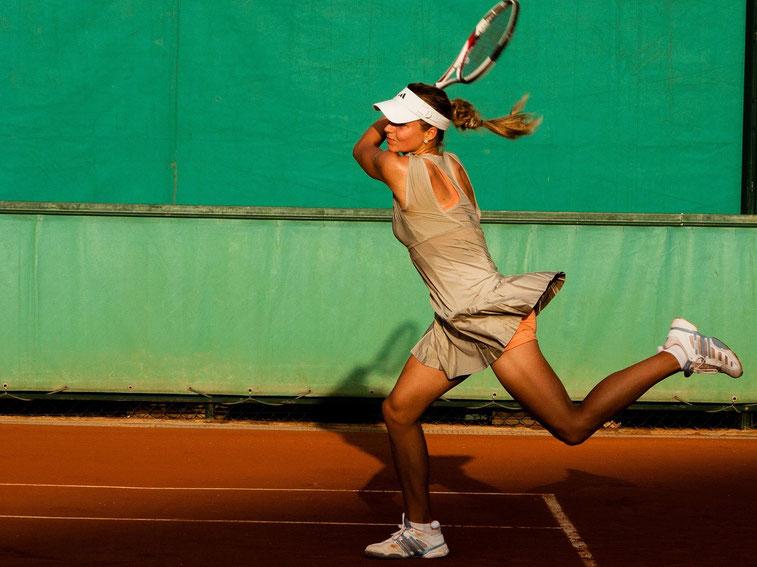 Tennisspielerin vor dem Aufschlag