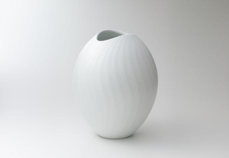 白妙彩磁壺:晩香窯の庄村久喜が制作したシルクの光沢をもった壺。緩やかなフォルムとデザインが美しい白磁の作品。
