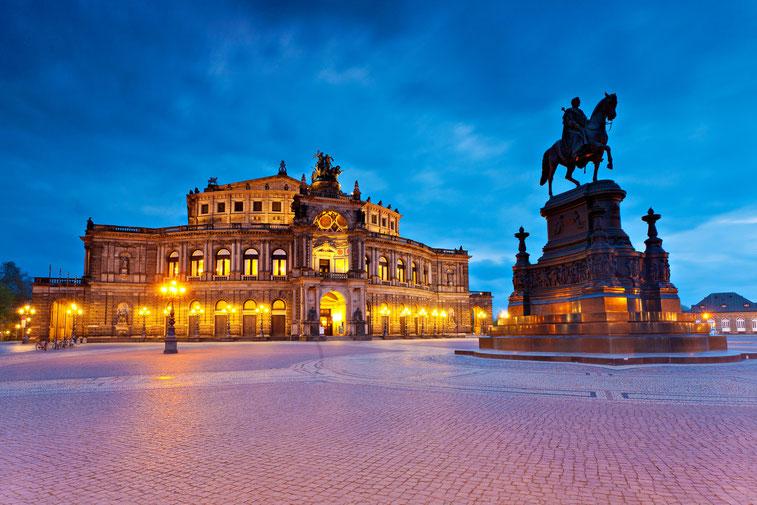 Ein Blick auf die Semperoper in der Abenddämmerung, Kurtz Detektei Dresden