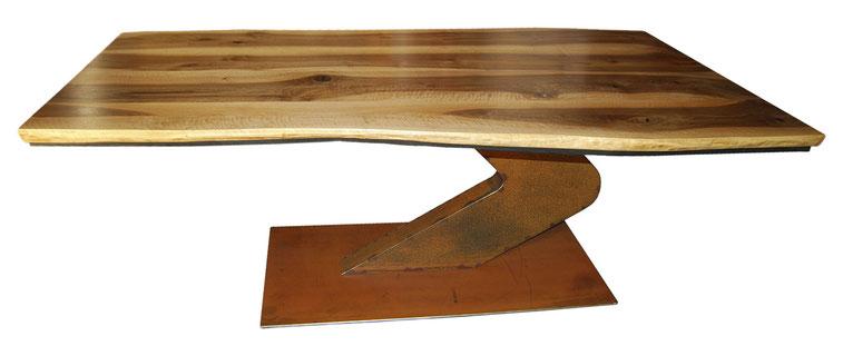 Tisch aus massivem Nußbaum mit geknickter Cortenstahl-Säule
