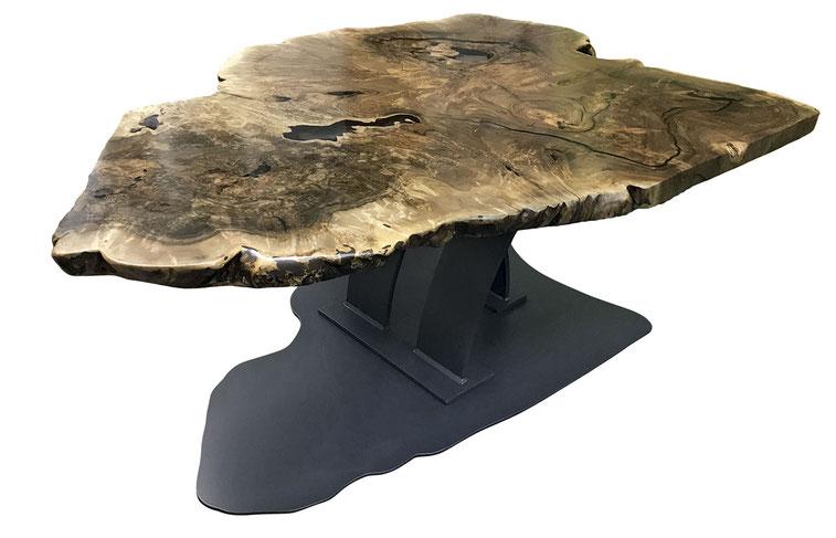Esstisch mit Stammscheibe aus edlem kaukasischen Nussbaum als Tischplatte, geschliffen und mit Epoxitharz ausgegossen, Bodenplatte in Form der Stammscheibe