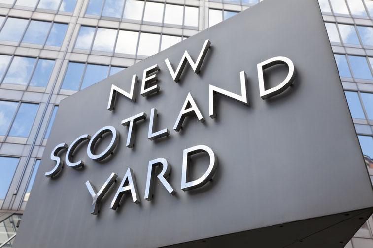 """Schild """"New Scotland Yard"""" am gleichnamigen Gebäude in London; Kurtz Detektei Köln"""