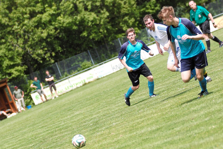 Durchgesteckt: Sebastian Strauß(l.) spielt einen schönen Ball auf den durchgestarteten Peter Zschaler. Zschaler bereitete das 2:0 durch Jan Neusser vor.