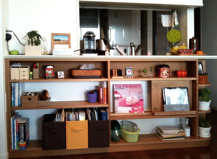 対面キッチンカウンター下の飾れるオープン棚(横浜市・S様邸)納品後ディスプレイ