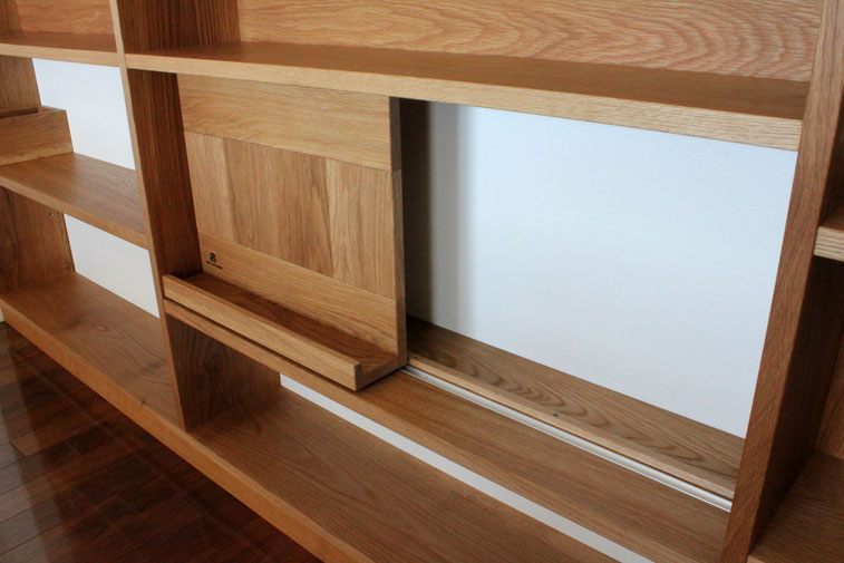 対面キッチンカウンター下の飾れるオープン棚(横浜市・S様邸)スライド式本立て