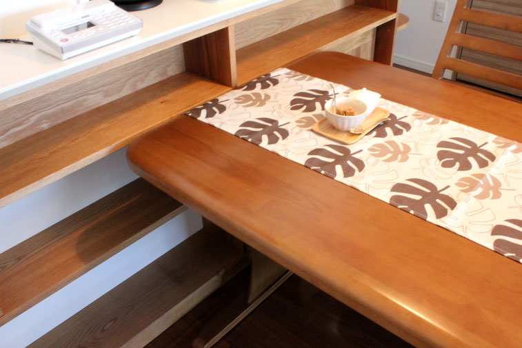 対面キッチンカウンター下の飾れるオープン棚(横浜市・S様邸)と既存ダイニングテーブル