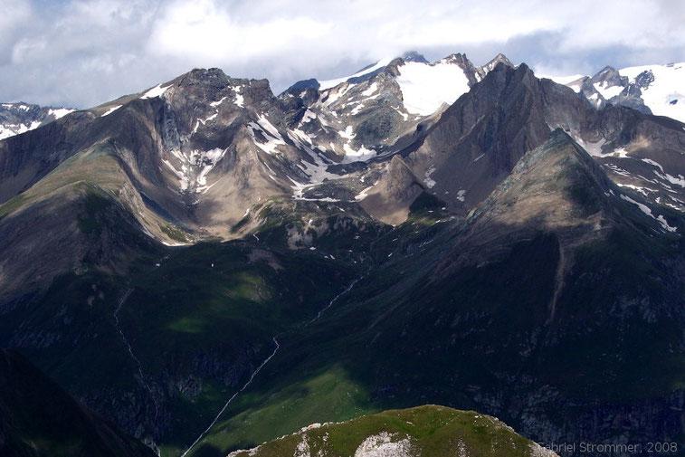 Blick vom Gipfel der Finsterkarspitze in die gegenüber liegende Malhamgruppe (Steingrubenkogel (3231 m) links, Oggasilspitze (3032 m) und Quirl (3251 m) rechts, dahinter Südliche, mittlere und Nördliche Malhamspitze (3368 m)