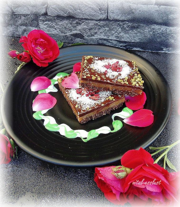 Schoko, Karamelltorte, schwarzer Teller, rote Blätter