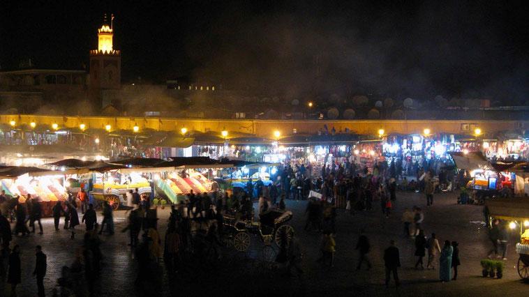 Marrakesch: Djemaa el Fna. Marokko Urlaub.