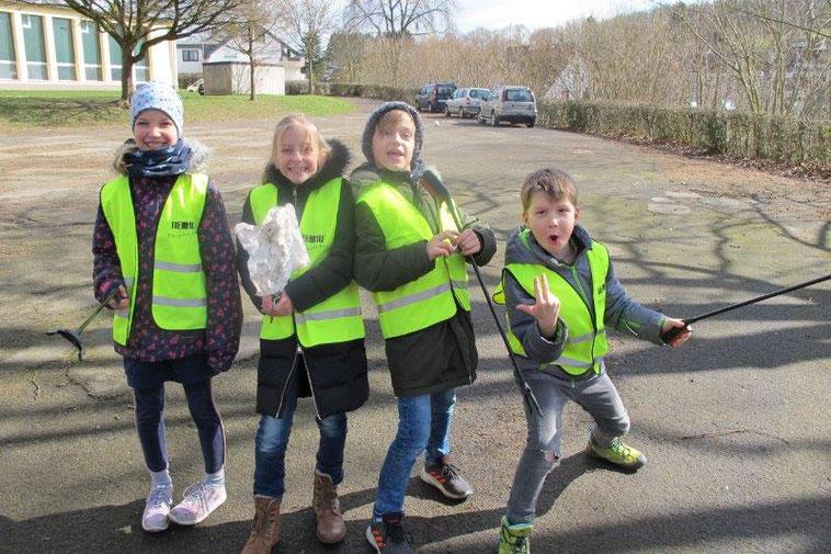Fit für Aktion Saubere Landschaft in Siegen - Kinder der Jung-Stilling Schule Siegen wurden ausgestattet mit Warnwesten von NEVIO
