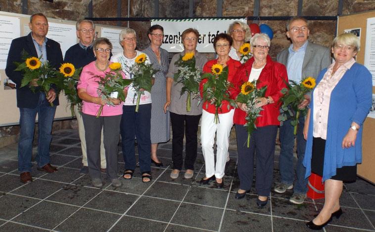 Der aktuelle Vorstand der Tafel mit der Bürgermeisterin Angela Fischer (rechts), der ehemaligen 1. Vorsitzenden Renate Grimm (3.v. rechts) sowie der ehemaligen Beisitzerin Renate Curdt (3.v. links)        (Foto: B. Frosch)