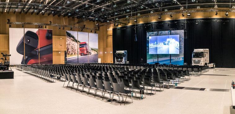 welcome-net, Eventorganisation Stuttgart, Führungskräfte-Veranstaltung, Redner auf Bühne, Mercedes-Event-Center