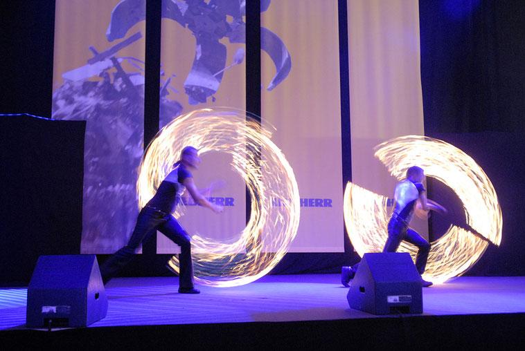 welcome-net, Eventmanagement Stuttgart, Kundenveranstaltung Liebherr, Feuerkünstler auf Bühne