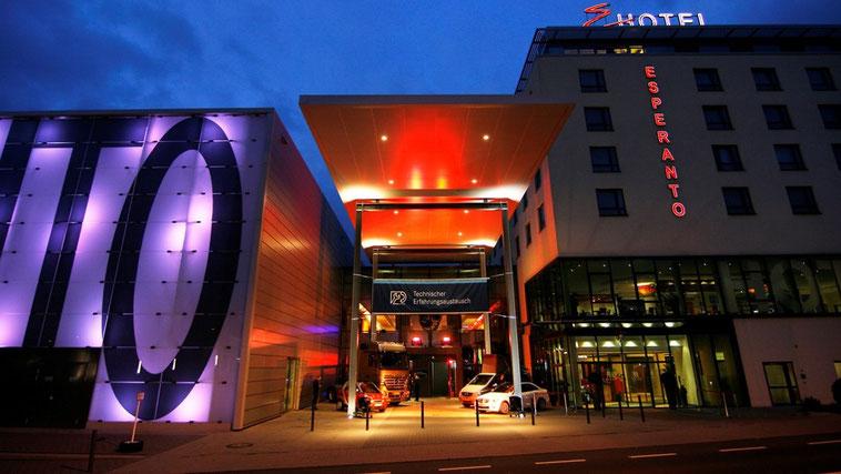 welcome-net Stuttgart, Technischer Erfahrungsaustausch, Hotel Esperanto, Fahrzeugpräsentation im Eingangsbereich