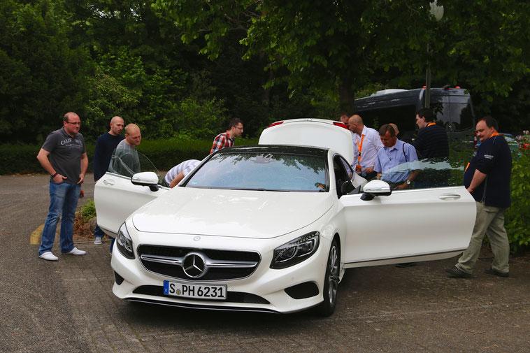welcome-net Stuttgart, Veranstaltungsagentur, Roadshow, Fahrzeugpräsentation, Herren am Auto