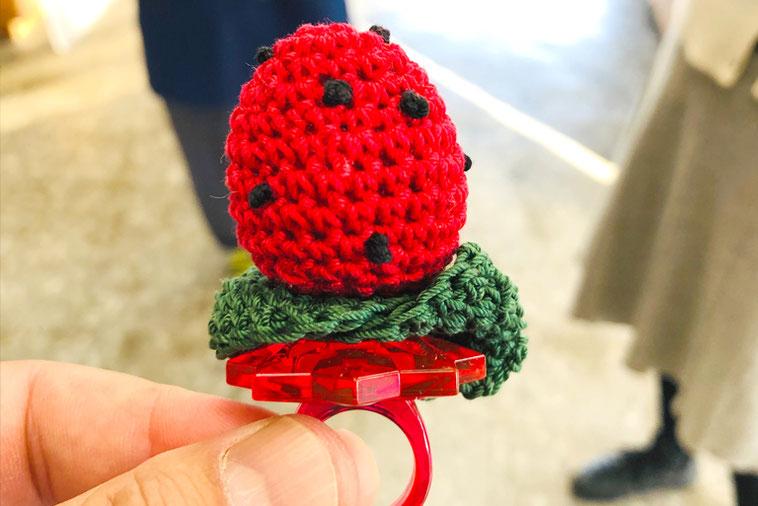 苺の実アイスをイメージした手づくりの編みぐるみ