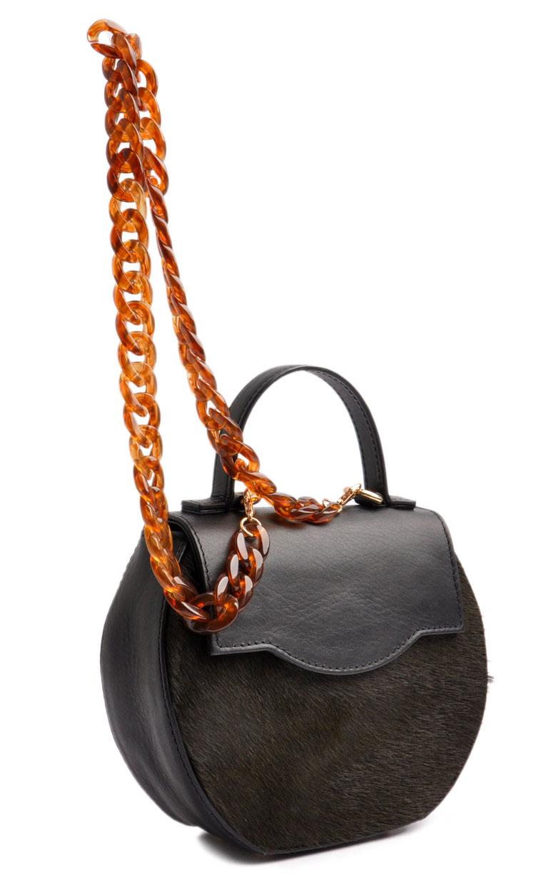 Hochwertig gefertigte Trachtentasche . Acrylkette . Schultertasche aus schwarzem Leder . OSTWALD Traditional Craft
