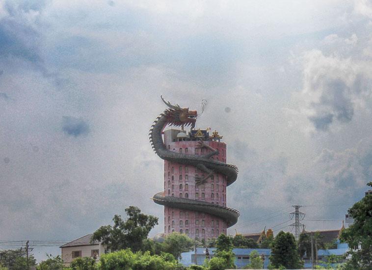 Der Wat Sam Phran aus der Ferne