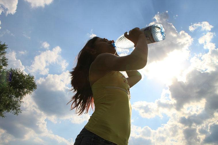 Wasser trinken gegen Rückenschmerzen