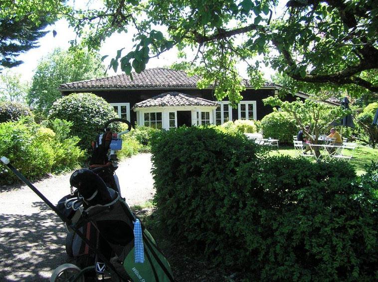 Entrée du Club House du Golf des Roucous : location de matériel, restaurant