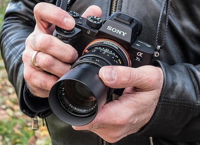 Im Test: Die SONY Alpha 7s2 mit LEICA Elmarit-M 2,8/90 mm und NOVOFLEX NEX/LEM-Adapter liegt gut in der Hand. Foto: Klaus Schoerner