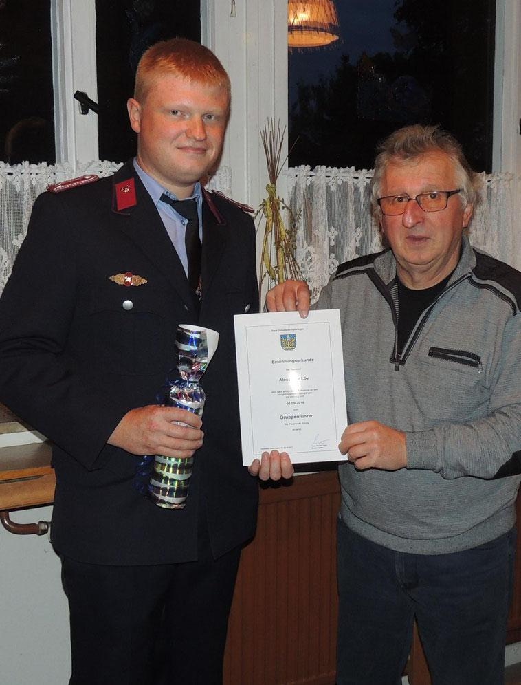 Alexander Löv nahm stolz die Ernennungsurkunde von Ortsbürgermeister Michael Heiligtag entgegen.