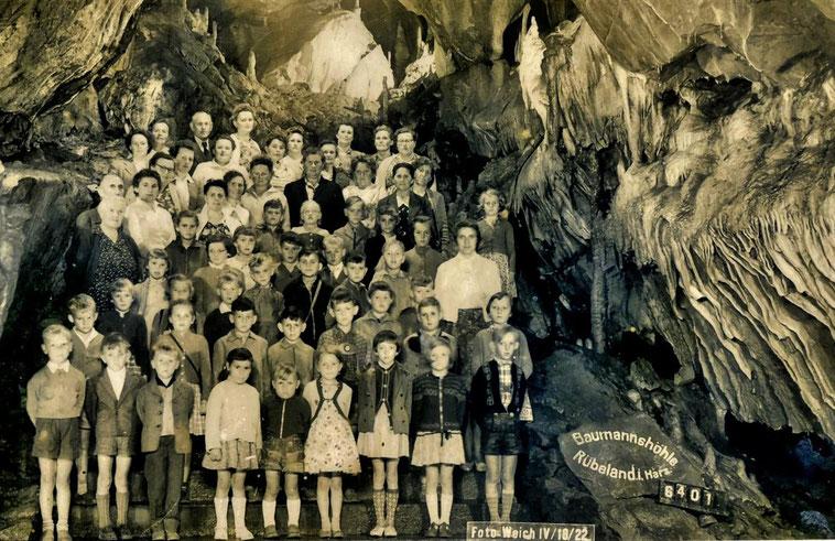 Das Gruppenbild der Klinzer Schüler in der Baumannshöhle entstand etwa 1957 – 1959, wer erkennt sich wider? Der Lehrer Georg Battel steht links auf dem Bild, vorn hinter der Dame.