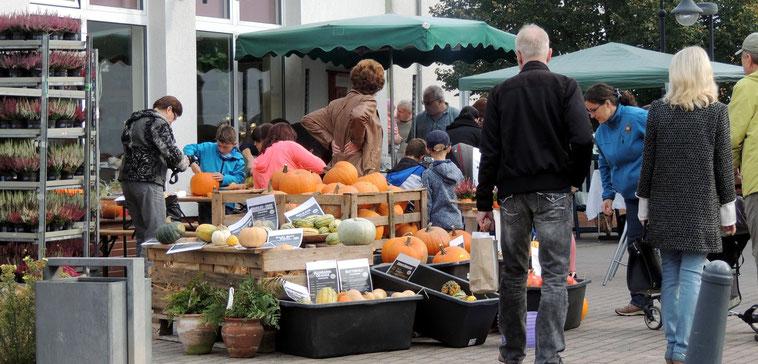 Geschäftiges Treiben auf dem Platz vor dem Blumenladen der Schloss Floristik in Flechtingen