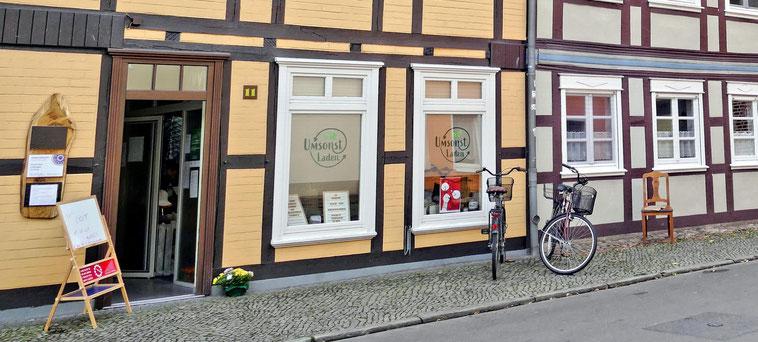 Der Umsonst Laden in der Steintorstr. 11   -  Salzwedel lädt jeden Donnerstag zum Geben und Nehmen ein.