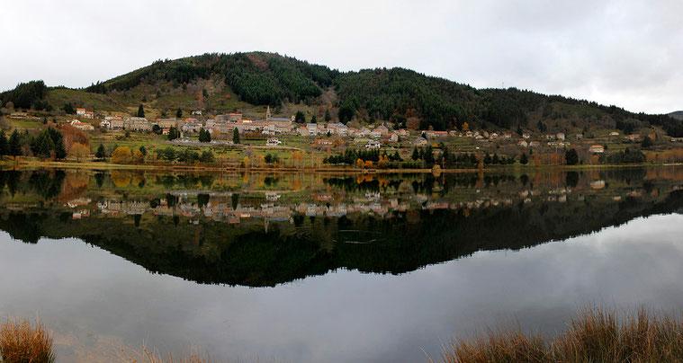 Lac de Saint-Martial, au pied du Mont Gerbier des Joncs (Ardèche)