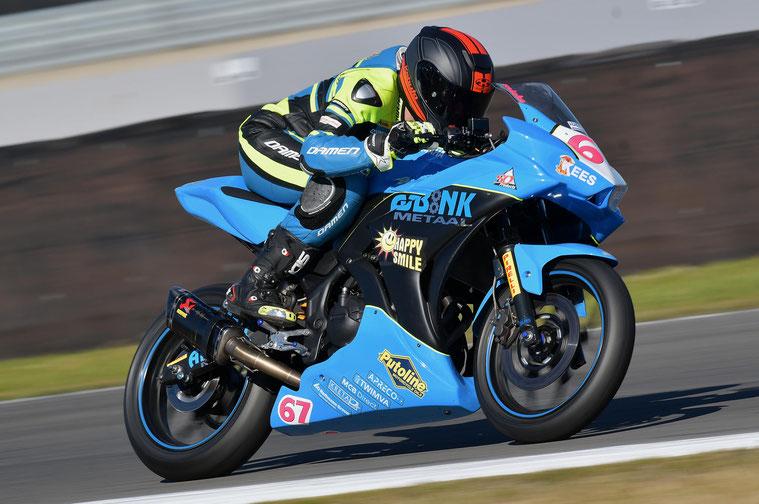 Mieke Abbink op haar motor waarmee ze zondag op de TT start.