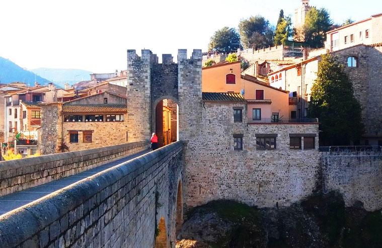 Средневековые городки Каталонии - мост в Бесалу