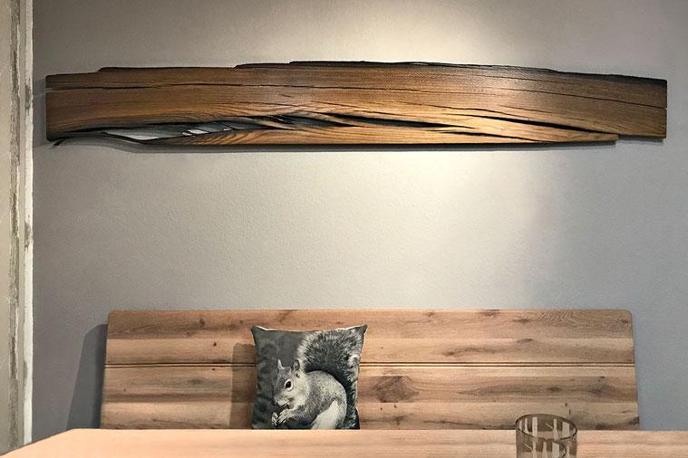 Breite Bohle aus Mooreiche, herausgearbeitete Rissbildung, markante Maserung, oben Naturkante