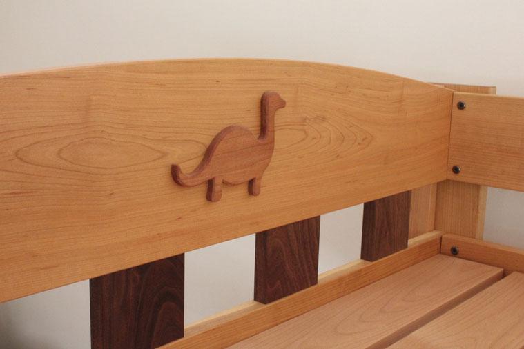ツートンカラーの楽しい二段ベッド(荒川区・F様邸)恐竜プレート