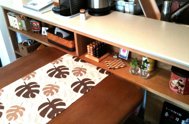 対面キッチンカウンター下の飾れるオープン棚(横浜市・S様邸)納品後の状況