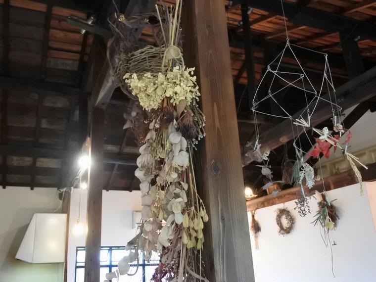 長屋をリノベーションされた天井の高いカフェの中には、優しい色合いのドライフラワーがあちらこちらに